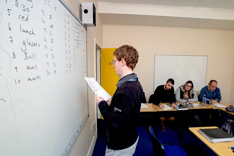 Преподаватель Cork English College на уроке