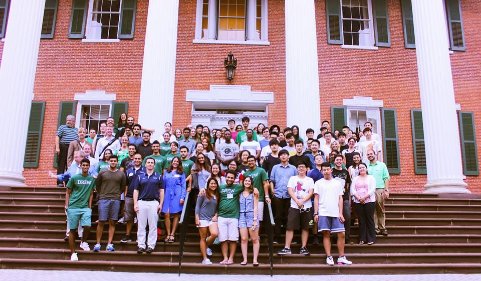 Студенты на ступеньках Drew University Madison
