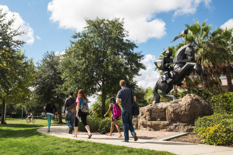 Статуя на территории кампуса University of Central Florida