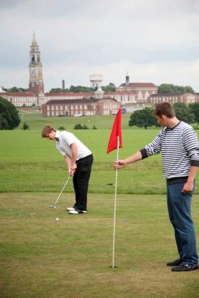 Занятия по гольфу в Royal Hospital School