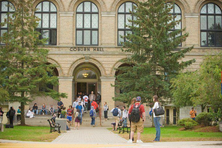 Главный вход в University of Massachusetts Lowell