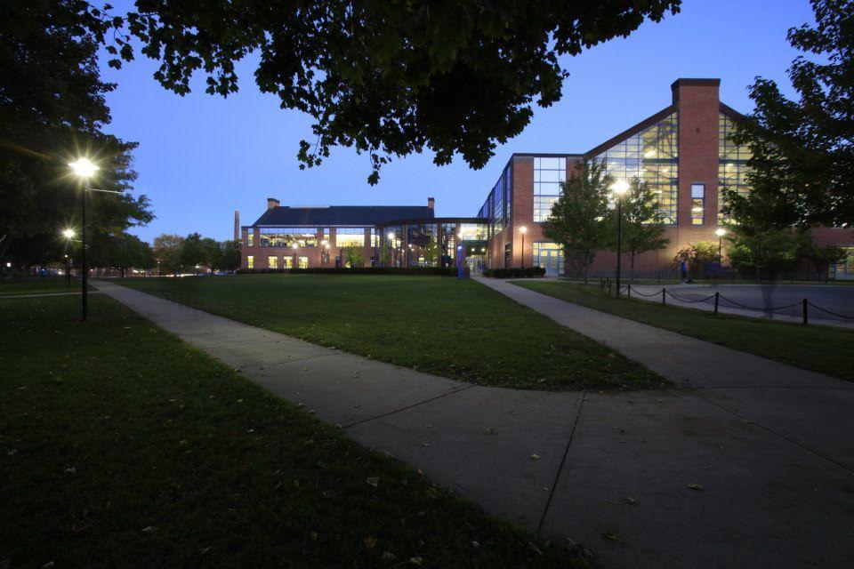 Территория перед University of Massachusetts Lowell