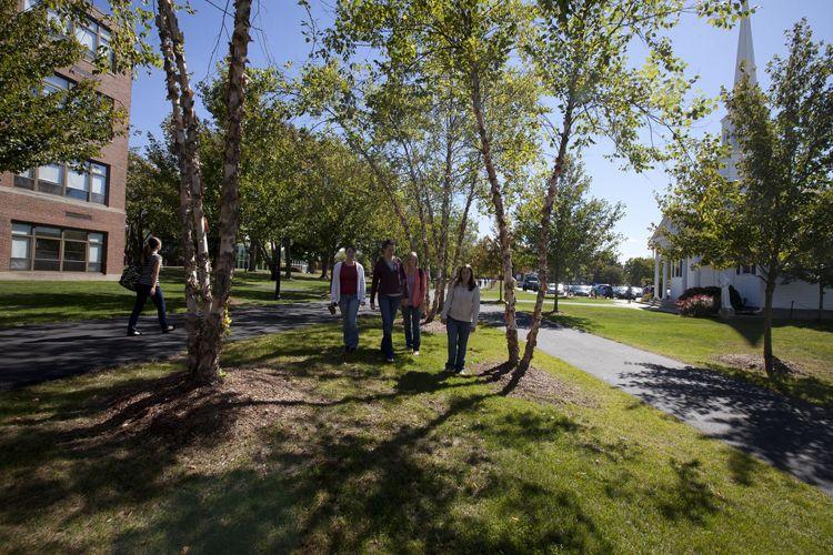 Студенты на прогулке в Merrimack College
