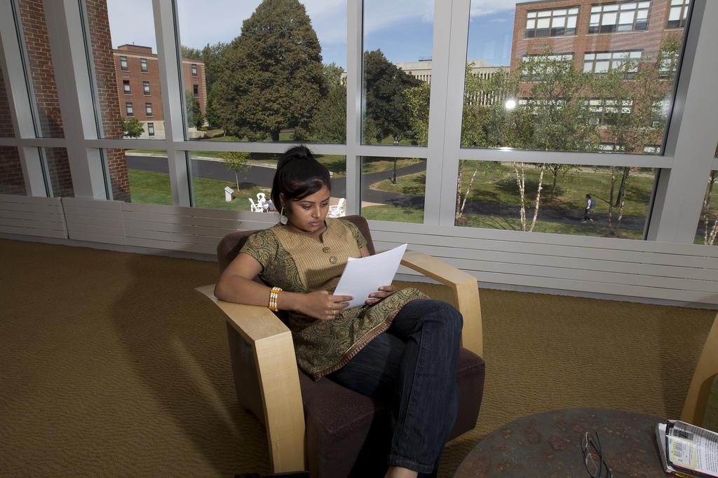 Студентка Merrimack College за чтением