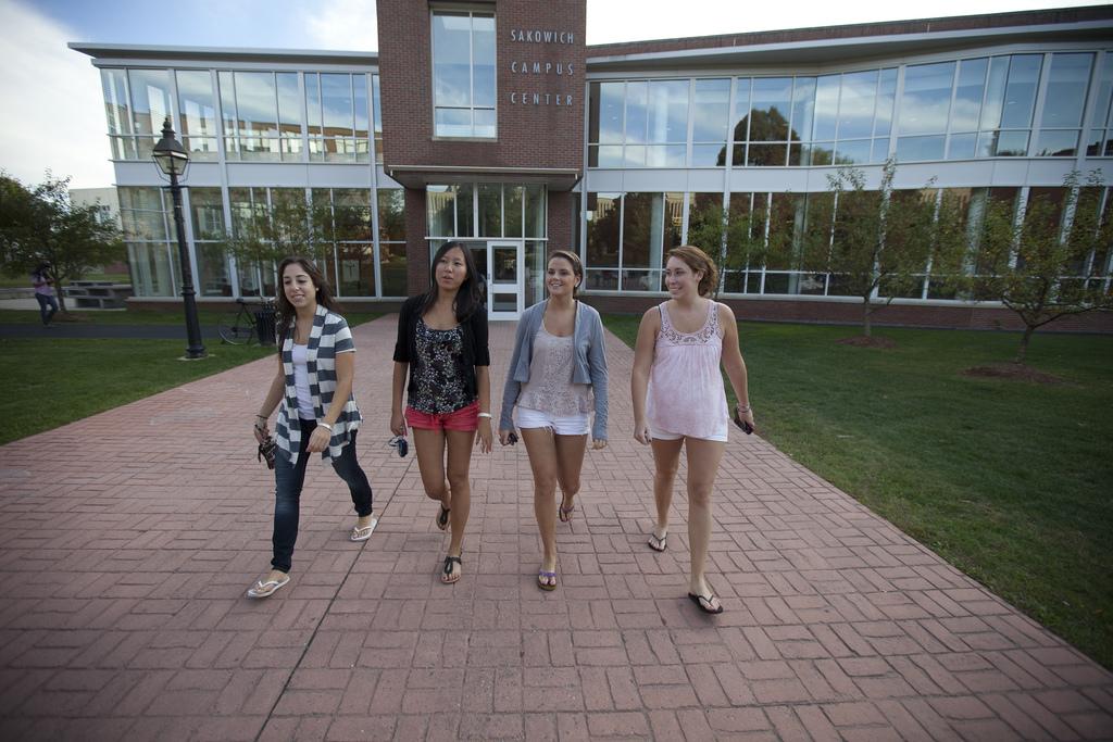 Мтуденты возле главного кампуса Merrimack College