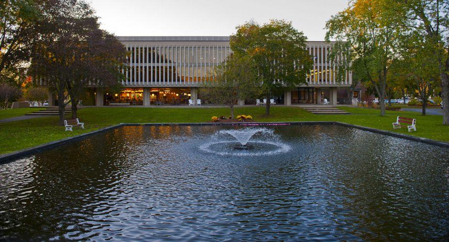 Озеро при Merrimack College
