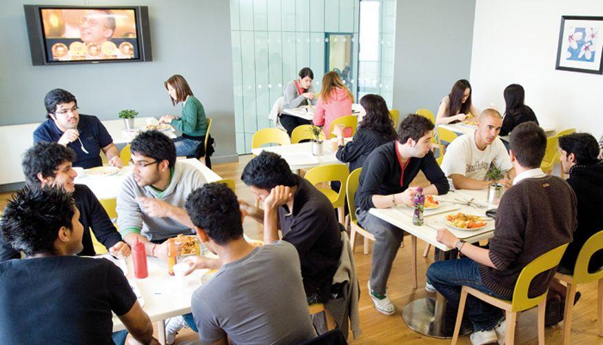 Студенты в кафе University of East Anglia