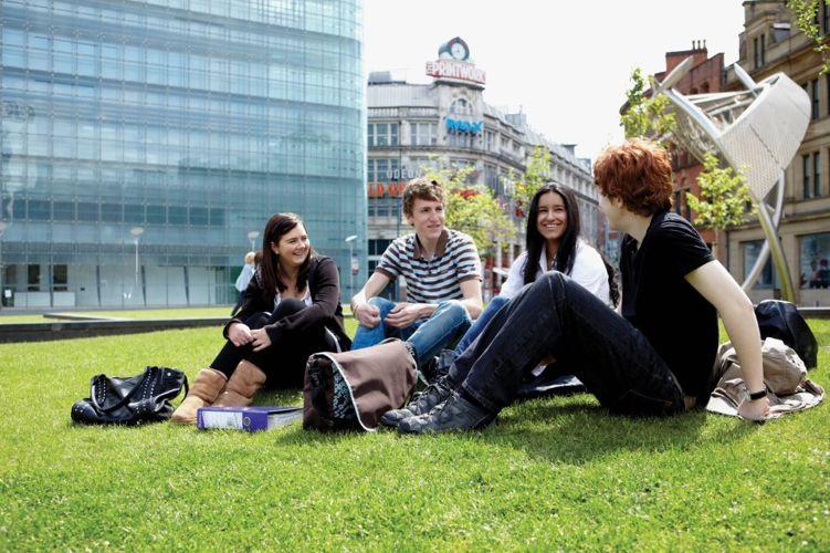 Студенты на территории Abbey DLD college, Manchester
