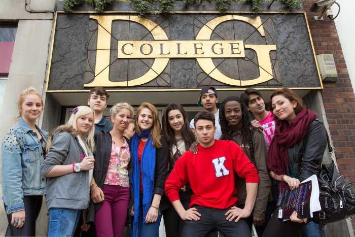 Студенты рядом с главным входом в David Game College, London