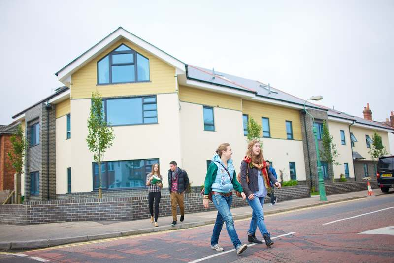 Студенты Kings Colleges, Bournemouth
