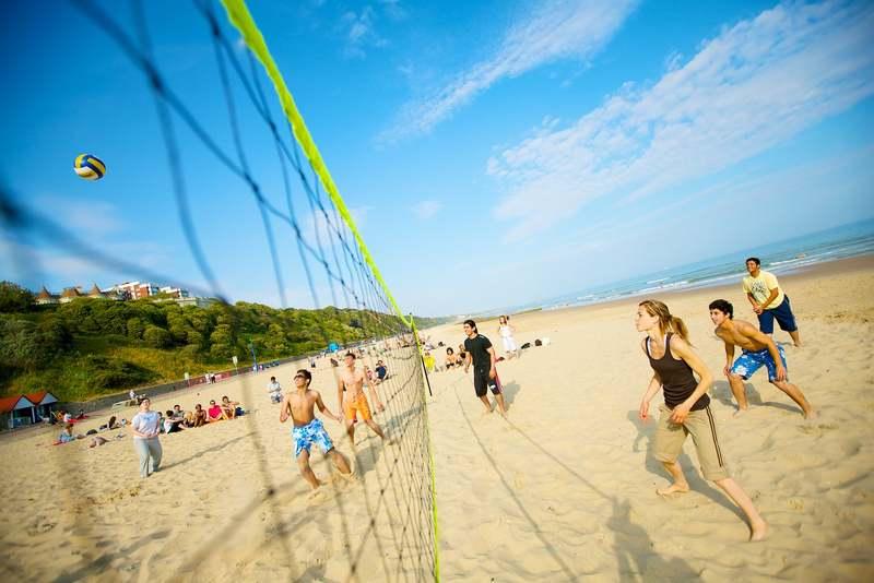 Занятия волейболом в Kings Colleges, Bournemouth