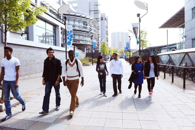 Студенты на территории Glasgow Caledonian University
