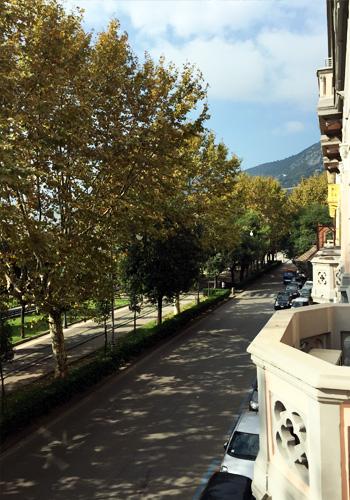 Вид на променад из окна школы Accademia Italiana