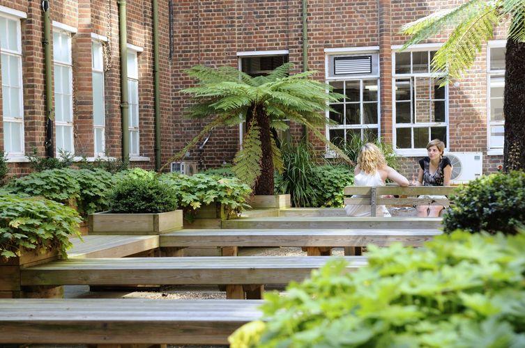 Зона отдыха во дворе Kingston University