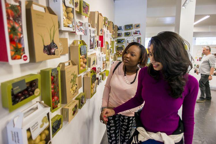 Студенты на выставке в Kingston University