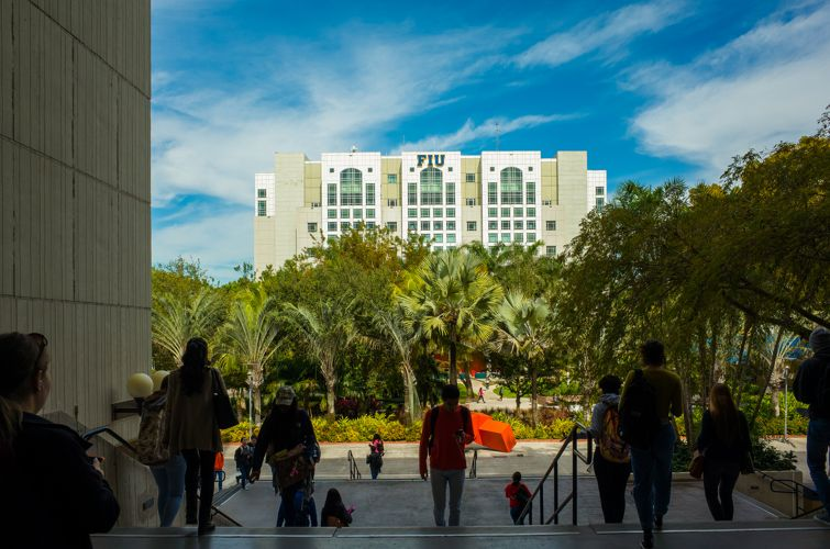 Студенты Florida International University спешат на занятия