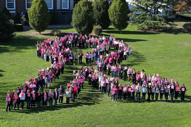 Студенты и преподаватели Adelphi University во время флешмоба против рака груди