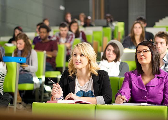 Студенты на лекции в  International College of Manitoba
