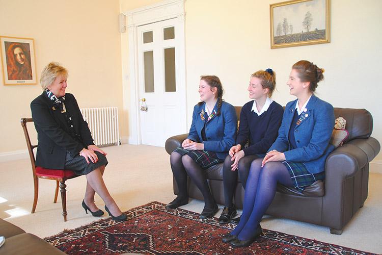 Студенты с преподавателем Kilgraston School