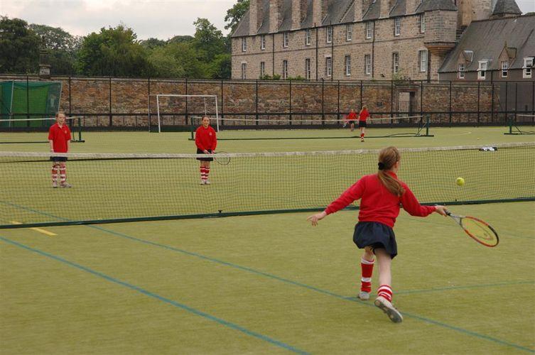 Игра в теннис в Loretto School