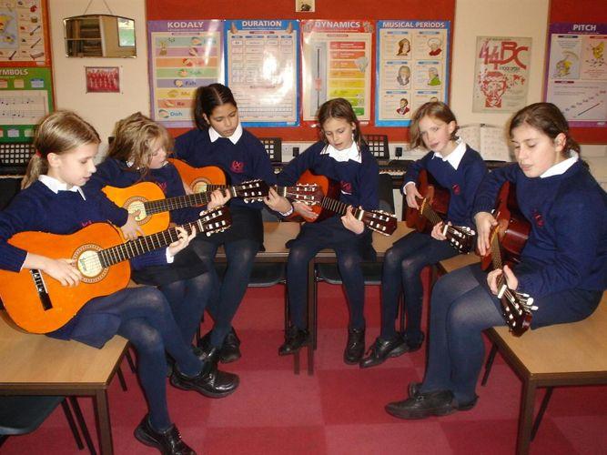Уроки игры на гитаре в Loretto School