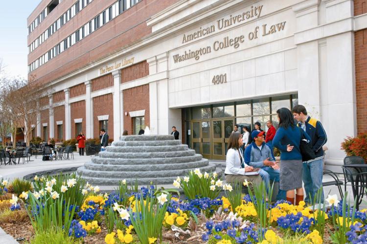 Студенты American University в перерыве между занятиями