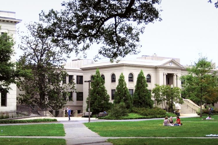 Студенты на кампусе American University