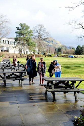 Зона отдыха во внутреннем дворе University of Stirling