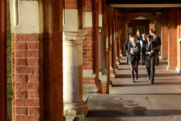 Студенты в коридоре школы Thames Valley Summer Schools, Leatherhead