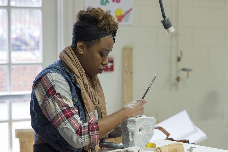 Студентка на уроке искусства в High Point University