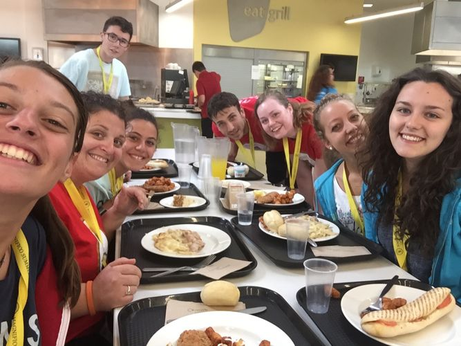 Студенты на обеде в Magnifico, Reading