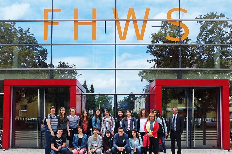 Студенты FHWS возле главного корпуса