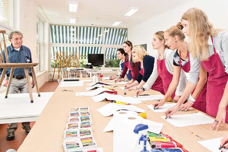 Студенты на уроке рисования в Surval Montreux