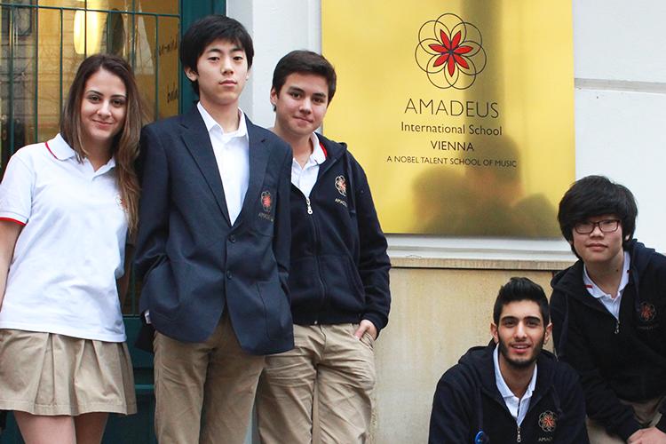 Студенты у главного входа в школу AMADEUS
