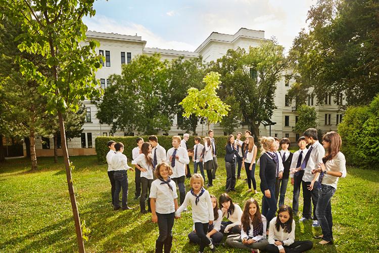 Ученики перед школой AMADEUS
