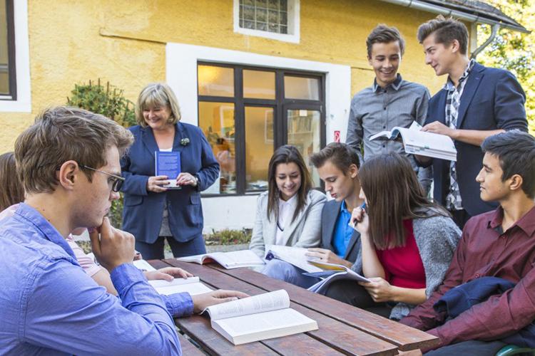 Студенты American International School на занятии во дворе