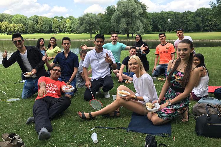 Студенты школы Schiller Language School на пикнике