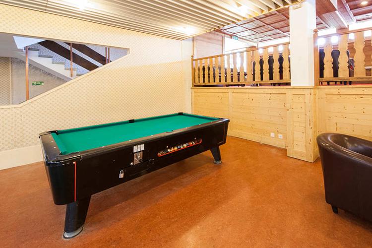Игровая комната с бильярдом