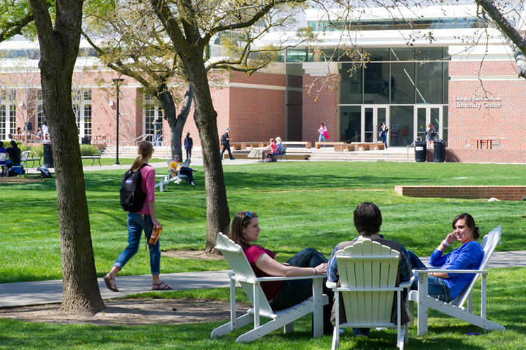 Студенты отдыхают перед учебным центром University of the Pacific