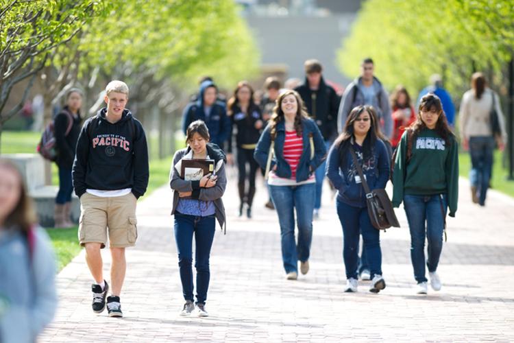 Студенты University of the Pacific идут на лекцию