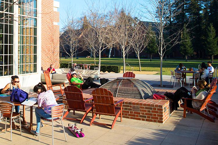 Зона отдыха на свежем воздухе в University of the Pacific