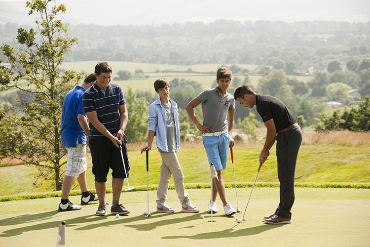 Студенты Emerald Cultural Institute играют в гольф