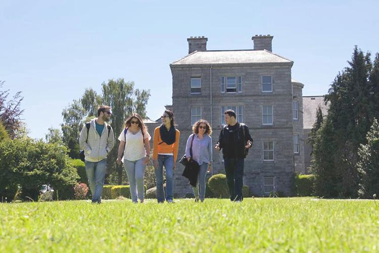Студенты Emerald Cultural Institute на фоне главного корпус Milltown Park