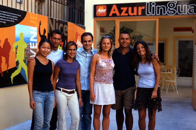 Студенты рядом с входом в Azurlingua, Nice