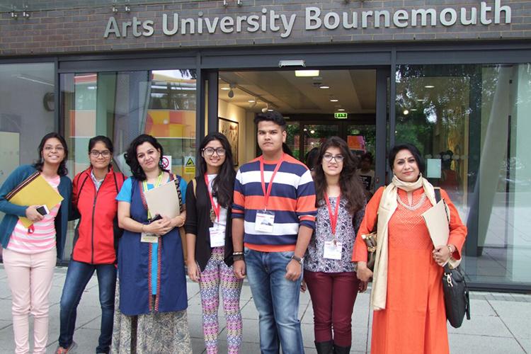 Студенты рядом с главных входом в Arts University Bournemouth
