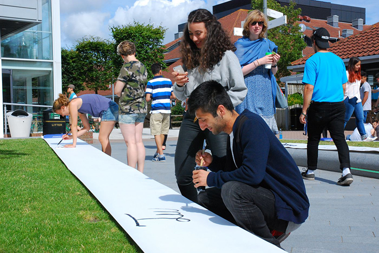 Студенты на территории Arts University Bournemouth