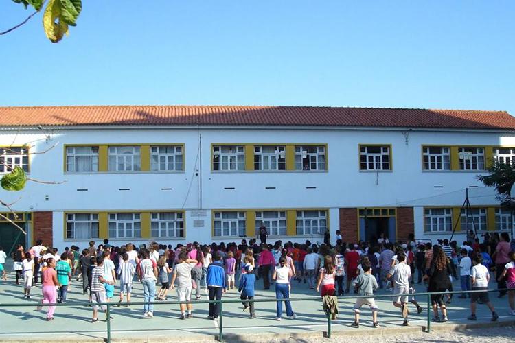 Собрание школьников на территории The Nobel International School Algarve