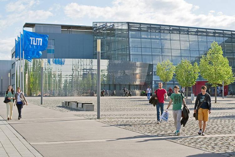 Студенты на территории Technische Universität München