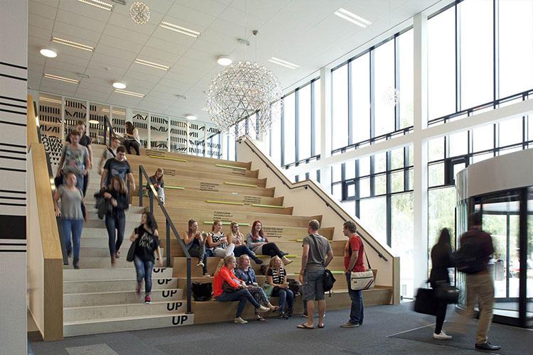 Студенты на лестнице в Fontys University of Applied Sciences