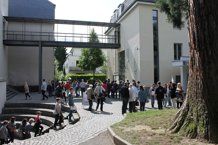 Студенты на территории Fontys University of Applied Sciences